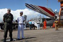 L'empennage de l'A330 d'Air France, disparu dans l'Atlantique, débarqué sur le port brésilien de Recife le 14 juin 2009. (© AFP Evaristo Sa)