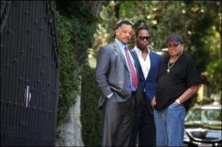Le révérend Jesse Jackson (G) et Joe Jackson, le père de Michael Jackson le 26 juin 2009 devant le domicile de la famille Jackson à Encino en Californie.(Photo: AFP)