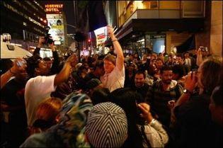 """Les fans de Michael Jackson rassemblés le 26 juin 2009 """"boulevard de la Gloire"""" à Hollywood. (Photo: AFP)"""