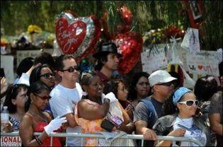 Des fans de Michael Jackson patientent devant l'entrée de sa demeure d'Encino, en Californie, le 28 juin 2009