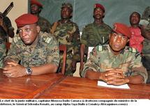 Le chef de la Junte militaire de la Guinée Conakry (droite) et le ministre de la défense, le général Sékouba Konaté au camp Alpha Yaya Diallo (Photo: Africaguinée.com)