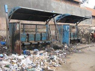 Arrêt de bus qui cohabite avec des tas d'ordures (source photo: maamdaawur.blogspot.com/)