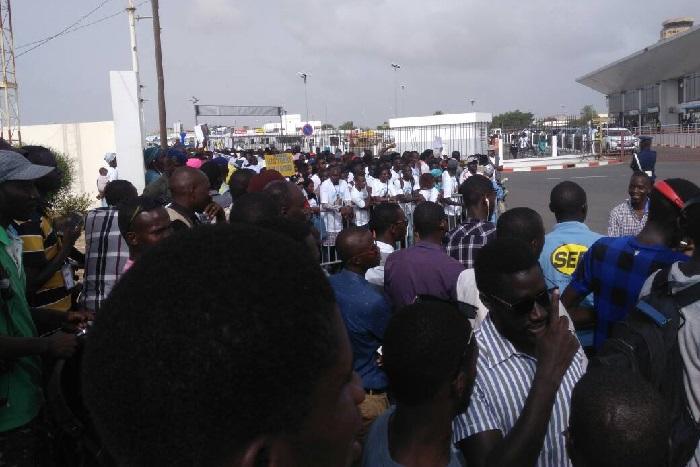 Les militants du PDS investissent l'aéroport pour accueillir Wade  (Images)