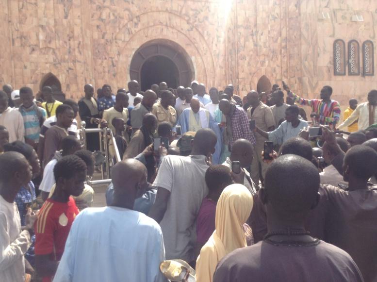 La forte émotion de Wade à sa sortie du mausolée de Khadimou Rassoul... Regardez !!!