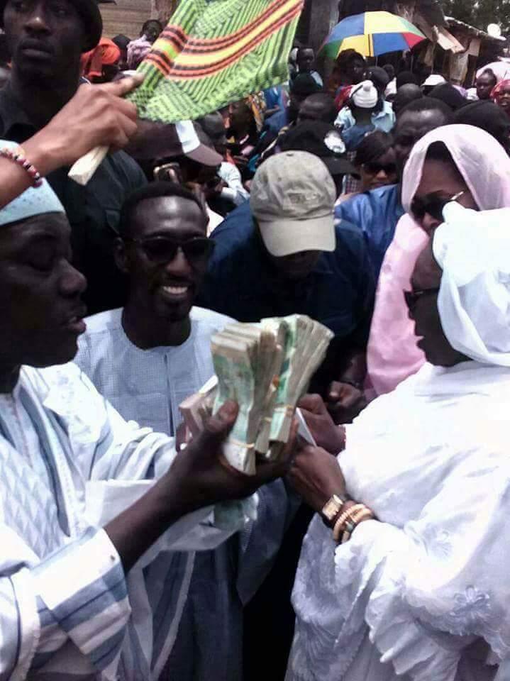 Législatives 2017 : La président du Cese, Aminata Tall distribue des liasses de billets de banque en public à Diourbel