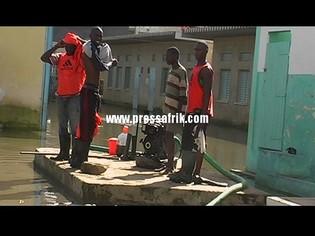 Les jeunes qui gèrent les motopompes s'affairent à vider les eaux