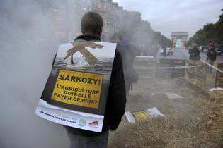 A Paris, vendredi 16 octobre, une quarantaine d'agriculteurs bloquent la circulation sur les Champs-Elysées au niveau du Fouquet's, où Nicolas Sarkozy avait fêté son élection en mai 2007. photo reuters