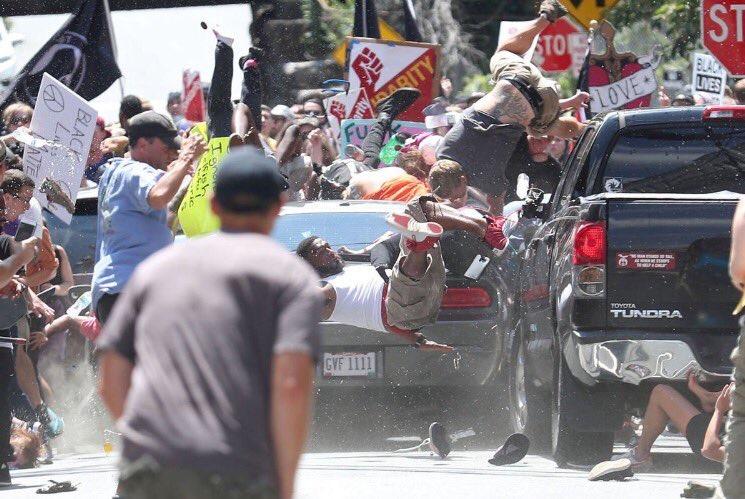 L'image qui choque la toile aux USA : Un véhicule fonce sur des manifestants et fait un mort