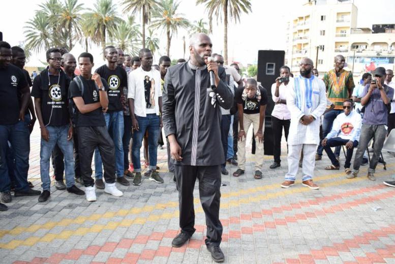 Kémi Séba brûle un billet Cfa et divise les internautes africains...