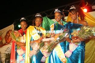 Les quatre filles sacrées lors de l'élection miss Sénégal 2009 (Ivonne Seck, Ndèye Fall, la miss Katy Chimère Diaw et miss diaspora, Aïssatou Sané venant de France)