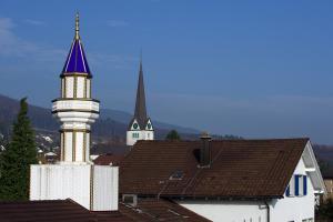 A Wangen bei Olten, un minaret installé sur le toit d'un centre culturel turc fait face à un clocher d'église. (AFP)