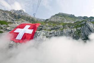 Votation anti-minarets, affaire Polanski, levée partielle du secret bancaire : la Suisse, le pays qu'on disait un paradis, est en proie aux doutes. (Photo: AP)