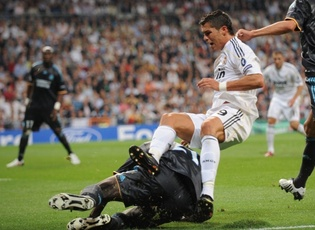 C'est sur ce tacle que Souleymane Diawara à terre, blessé Cristiano Ronaldo le 2 octobre dernier (Photo: Equipe)
