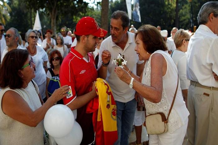 Catalogne: des milliers d'Espagnols appellent au dialogue, Rajoy reste ferme