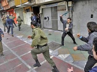 Violents affrontements entre des manifestants de l'opposition et les forces de sécurité iraniennes, à Téhéran, le 27 décembre 2009. (Photo AFP)