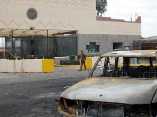 Devant l'ambassade américaine après une attaque à Sanaa, le 18 septembre 2008. (Reuters/Stringer)