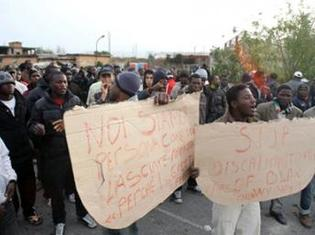 « Stop à la discrimination des noirs...Nous sommes des personnes comme vous... » peut-on lire sur les panneaux que brandissent les manifestants dans la ville de Rosarno
