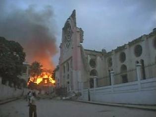 Un incendie a éclaté dans ce batîment détruit par le séisme à Port-au-Prince, le 12 janvier 2010. Reuters TV