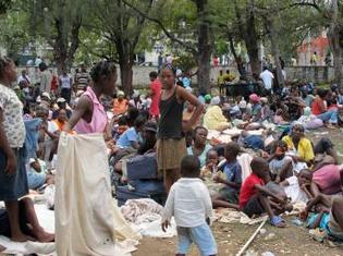 Des sans-abris s'apprêtent à passer la nuit dans un parc de Port-au-Prince, le 13 janvier 2010. REUTERS/Joel Trimble