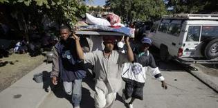 Tremblement de terre en Haïti: Dans Port-au-Prince dévastée, la survie s'organise peu à peu