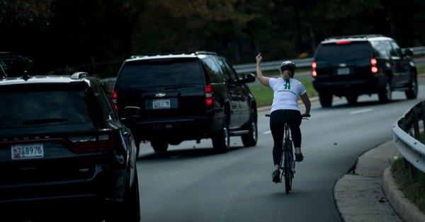 La cycliste virée après son doigt d'honneur à Trump reçoit 120 000 dollars