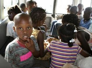 Les dix Américains ont été appréhendés en compagnie de 31 enfants, âgés de 2 mois à 12 ans, à proximité de la frontière dominicaine par un commissaire de police haïtien. Reuters