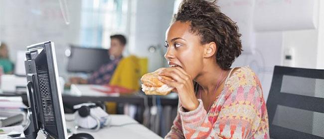 Manger trop vite: la mauvaise habitude qui augmente le risque d`AVC