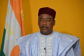 Niger : Mahamadou Issoufou félicite Georges Weah pour sa « brillante victoire »