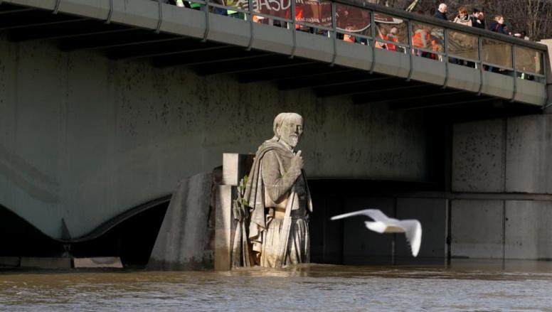 Inondations en France: la Seine est à son maximum, la décrue sera lente