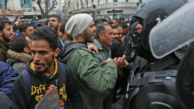 Emmanuel Macron en Tunisie pour soutenir la démocratie