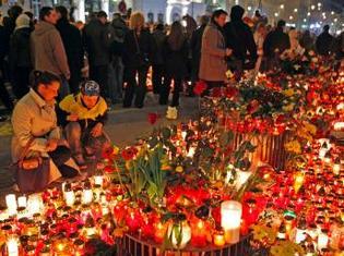 Des milliers de Polonais se recueillent devant le palais présidentiel, à Varsovie pour rendre hommage au président Lech Kaczynski, à son épouse Maria, et aux autres dignitaires du régime décédés dans l'accident d'avion, le 10 avril 2010.