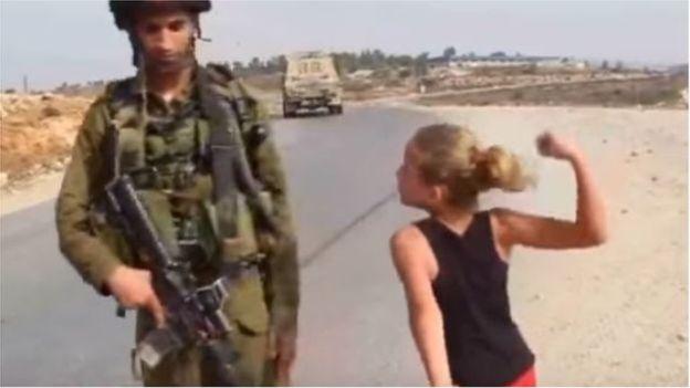 Une Palestinienne gifle un soldat israélien