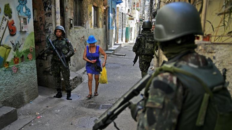 Brésil : Le Président Temer convoie l'armée au coeur de Rio, après le Carnaval