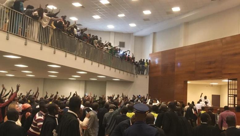 Urgent - Troubles à l'audience : Séduit par la plaidoirie de Me Amadou Aly Kane, un partisan de Khalifa Sall craque et...