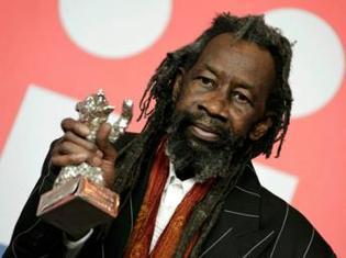 Le comédien Sotigui Kouyaté recevait l'Ours d'argent du meilleur acteur au 59e Festival international du film de Berlin, en février 2009.