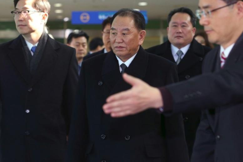 Le général Kim Yong Chol (C), à la tête d'une délégation nord-coréenne de haut niveau venue assister à la cérémonie de clôture des jeux Olympiques de Pyeongchang, arrive en Corée du Sud le 25 février 2018 Photo KOREA POOL. AFP
