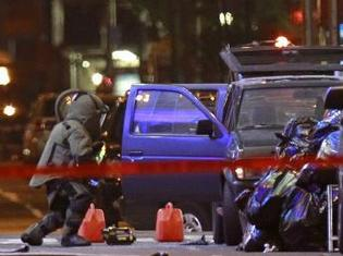 La brigade de déminage de New York examine le véhicule Nissan Pathfinder Sport qui contenait la bombe. Reuters/Brendan McDermid