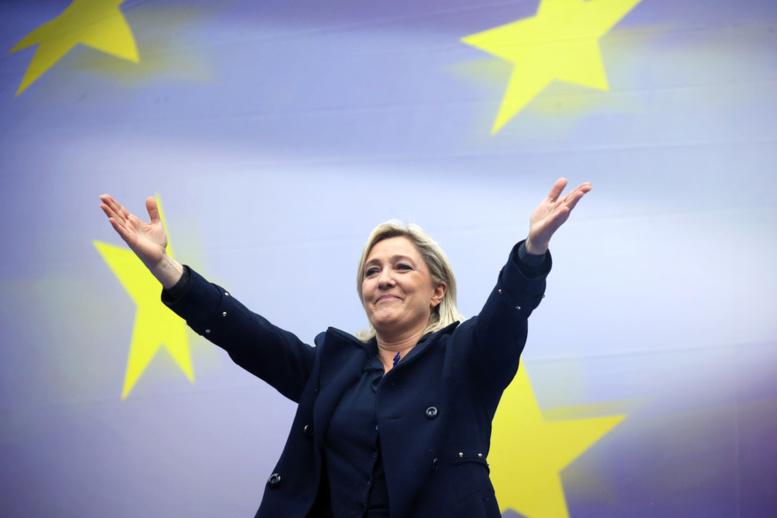 Marine Le Pen réélue à la tête du FN, son père déchu de la présidence d'honneur