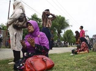Des habitants de la province d'Aceh sur l'île de Sumatra prient après avoir ressenti les premières secousses du trmblement de terre de ce dimanche 9 mai.