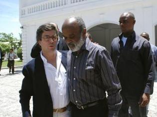 Le président de la Banque interaméricaine de développement Alberto Moreno (g) aux côtés du président haïtien René Préval à Port-au-Prince le 15 mai.
