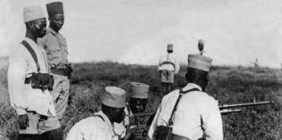 Des tirailleurs sénégalais à l'instruction dans un camp d'entraînement dans les colonies françaises en Afrique, le 4 décembre 1939 .