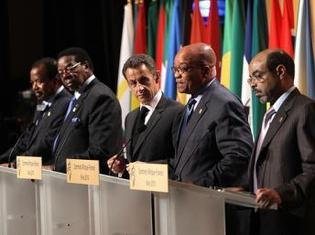 Nicolas Sarkozy lors de la conférence de presse de clôture du 25e sommet Afrique-France, le 1er juin 2010, en compagnie (de g à d) des présidents du Cameroun, du Malawi, d'Afrique du Sud et du Premier ministre éthiopien.