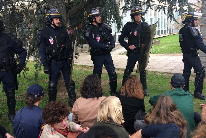 A Nanterre, les étudiants bloqueurs délogés par l'intervention musclée des CRS