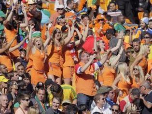 Les fans néerlandais célèbrent la victoire de leur équipe contre le Danemark en Coupe du monde, le 14 juin 2010. Au milieu du groupe, des jeunes femmes portant la tenue incriminée par la FIFA.