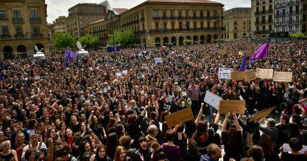 """Espagne : des milliers de manifestants pour contester le jugement de """"5 violeurs"""""""