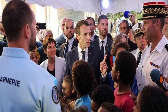 """Macron interpellé en Nouvelle-Calédonie : """"Vous allez laisser des familles se déchirer si vous allez à Ouvéa"""""""