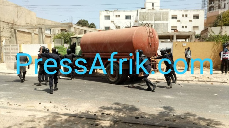 les policiers reprennent le camion qui servait de barricade aux étudiants