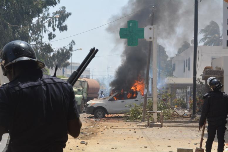 UCAD - Un véhicule L2O0 brûle dangereusement près d'un poteau électrique