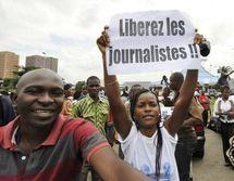 Une journaliste ivoirienne manifeste pour la libération de trois journalistes, le 23 juillet 2010 devant le palais de justice d'Abidjan (© 2009 AFP)