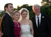 L'ancien président des Etats-Unis Bill Clinton (D), son épouse la secrétaire d'Etat américaine Hillary Clinton (2è G) posent pour la postérité aux côtés des jeunes mariés, à Rhinebeck, le 31 juillet 2010. L'ancien président des Etats-Unis Bill